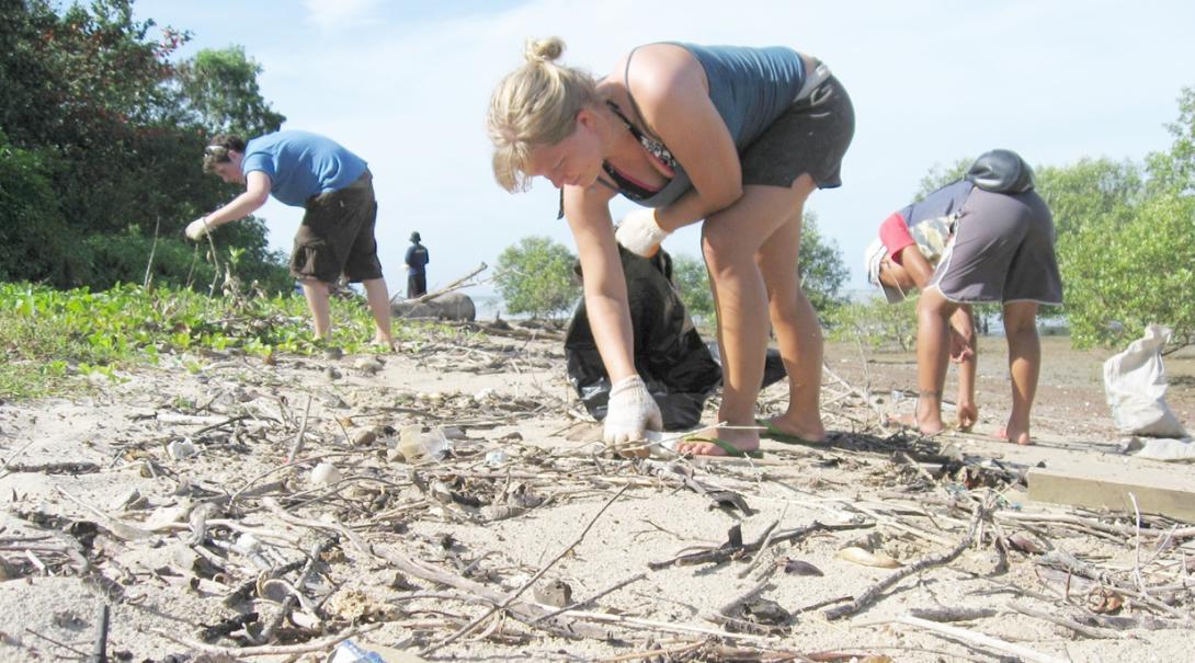 タイの海洋環境保護ボランティアがゴミ拾いに取り組む